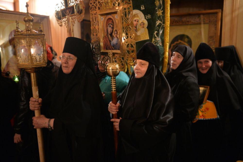Монахини перед началом крёстного хода в Иоанно-Кронштадтском женском монастыре.