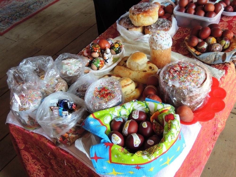 Жители Крылово принесли в храм крашеные яйца, куличи и другую выпечку.
