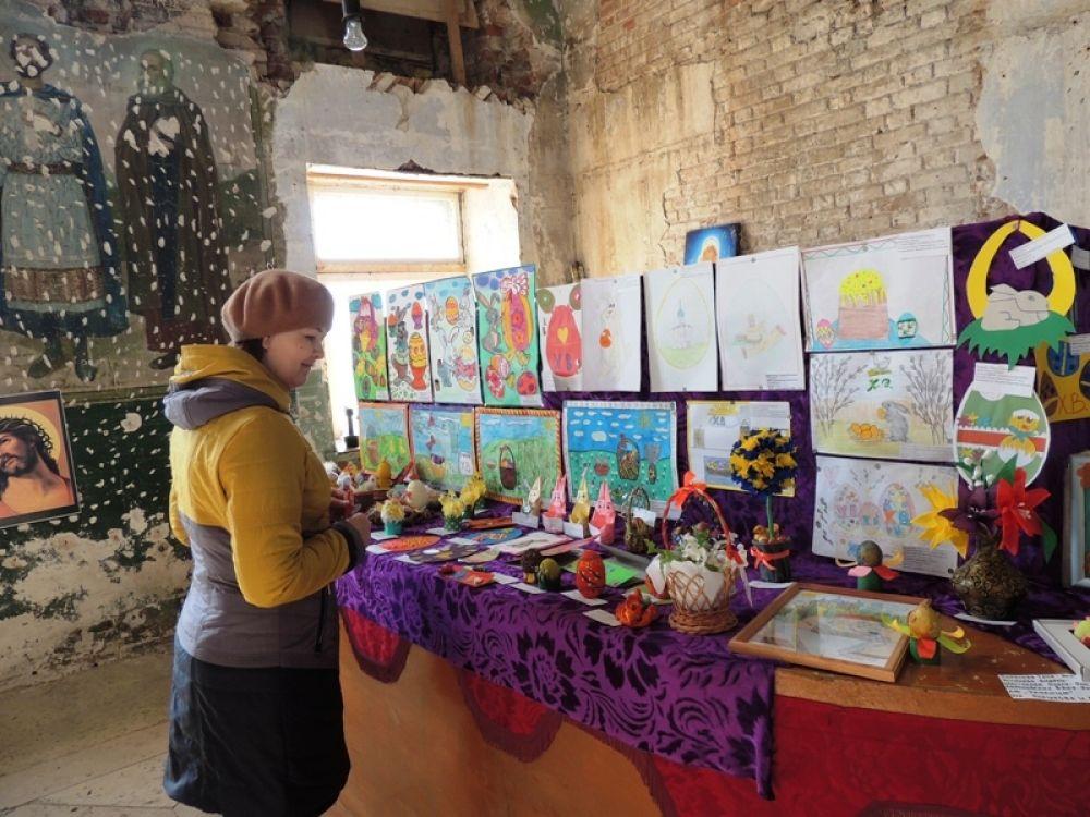 В честь Пасхи в Крылово был проведен конкурс рисунков и поделок. Стенд разметили прямо в здании церкви.