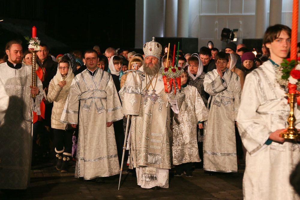 В полночь более тысячи прихожан совершили Крестный ход вокруг Храма Воскресения Христова. Возглавил православный ход епископ Павел.