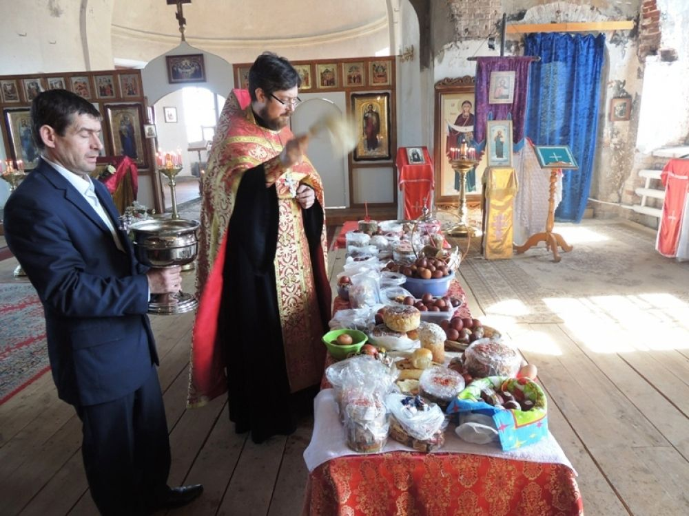 Отец Илья освятил яства, приготовленные жителями Крылово.