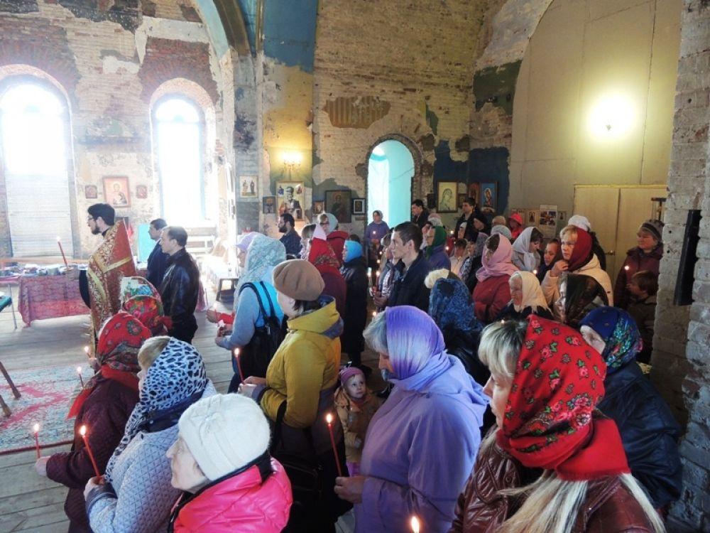 На Пасхальную службу в крыловскую церковь пришли несколько десятков сельчан. Говорят, что в Вербное воскресенье прихожан было еще больше.
