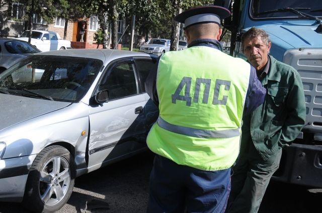 Сотрудники полиции выясняют причины ДТП.
