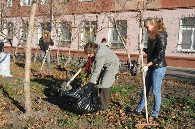 На уборку мусора вышли студенты и школьники.