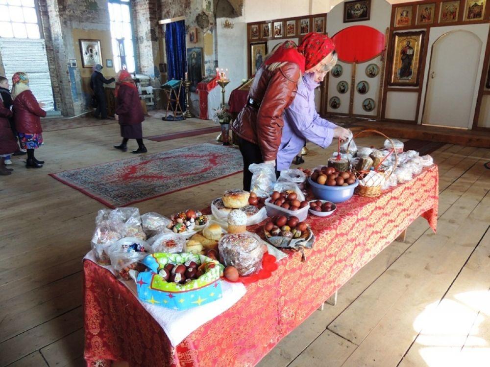 В зале церкви специально для праздничных блюд был поставлен стол.