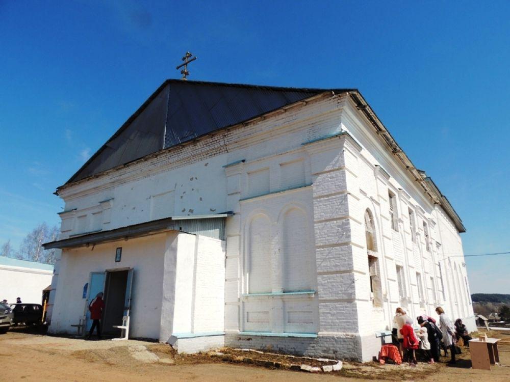 Церковь Покрова Пресвятой Богородицы села Крылово имеет богатую историю. Изначально она была деревянной. Позже, спустя столетия, построили каменный храм. В советские времена в здании церкви располагалась и машинно-тракторная станция, и клуб, и интернат, и даже магазин. Много лет храм стоял закрытым и не использовался никак. Последние несколько лет его восстанавливают и проводят в нем службы.