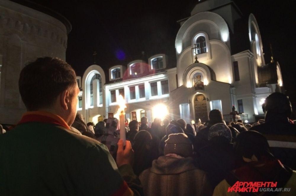 Прихожане с частичкой Благодатного огня обошли вокруг Храма Воскресения Христова.