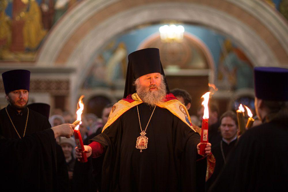Вечером Благодатный огонь был доставлен в Ханты-Мансийск из Иерусалима. Прихожане могли взять частичку Благодатного огня и зажечь лампадки от привезенной святыни.