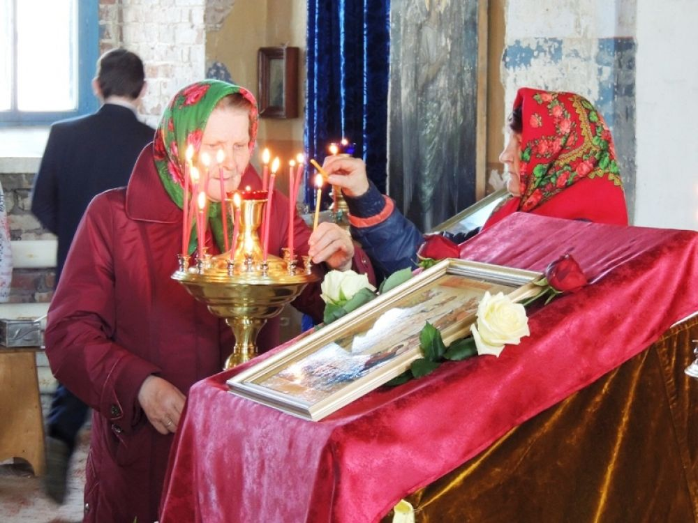 Прихожане в ожидании начала службы ставили свечи и читали молитвы.
