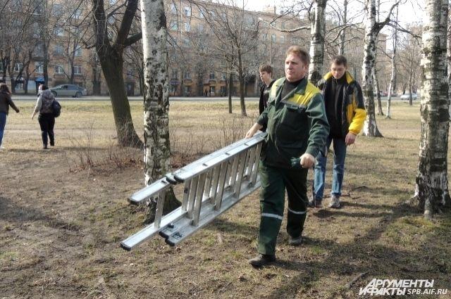 Участники акции благоустраивают территории парков и скверов.