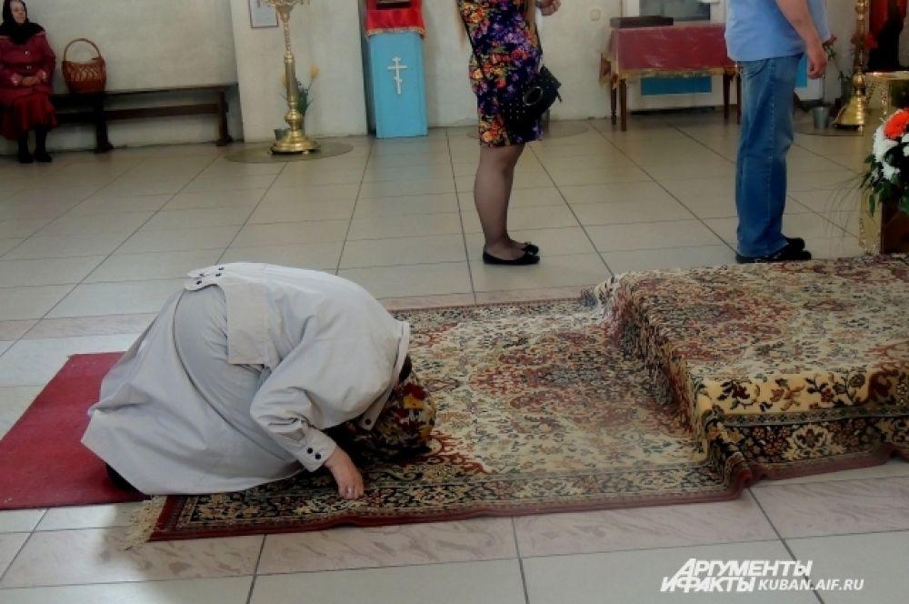 Некоторые молились особенно ревностно.