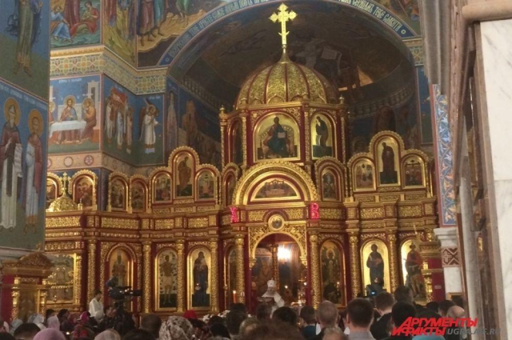 Затем прихожане отслужили Пасхальную заутреню и Божественную литургию святителя Иоанна Златоуста.