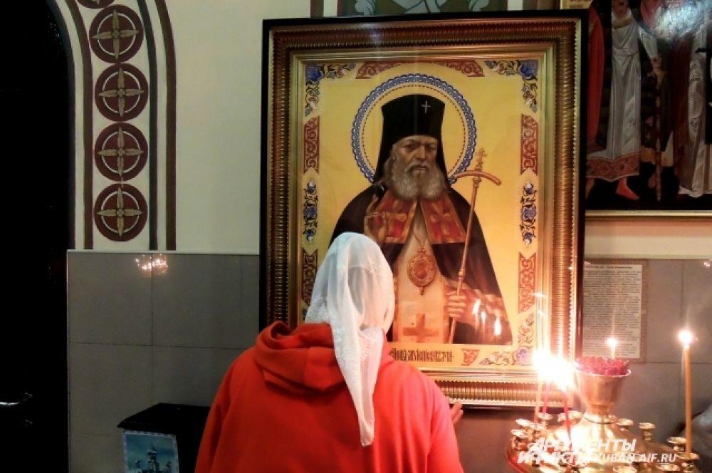 Прихожане молятся в Пасхальную ночь.