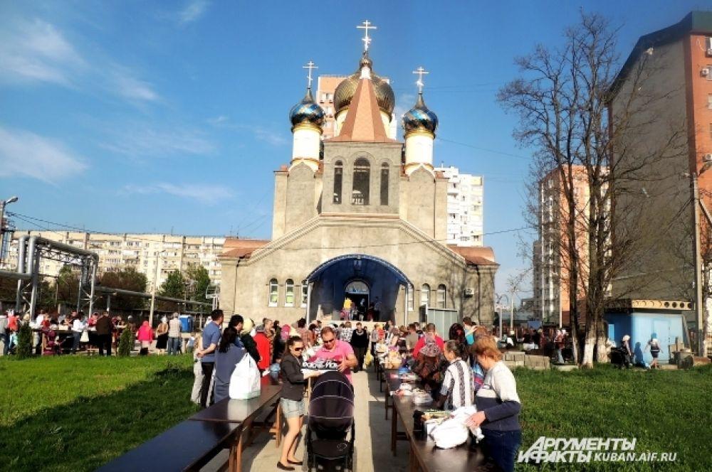 Очередь прихожан у краснодарского Храма Николая Чудотворца.