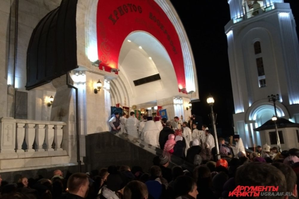 Епископ Павел на пороге Храма объявил трижды, что Христос воскрес.