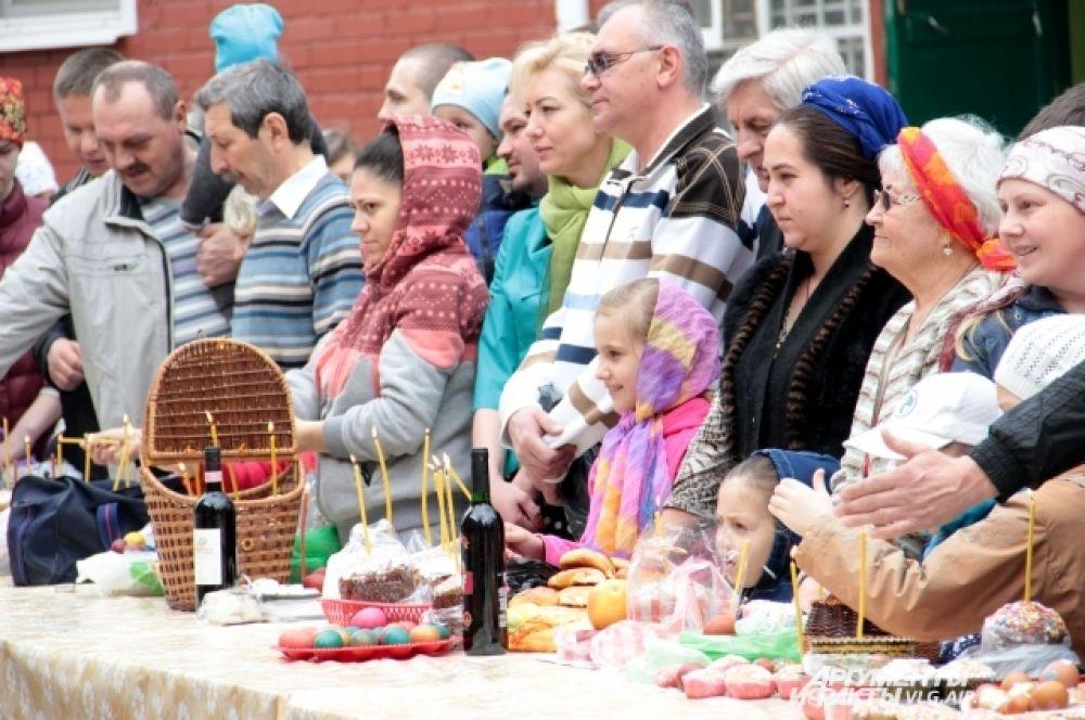 Волгоградцы собрались во дворе собора, чтобы освятить пасхальные угощения.