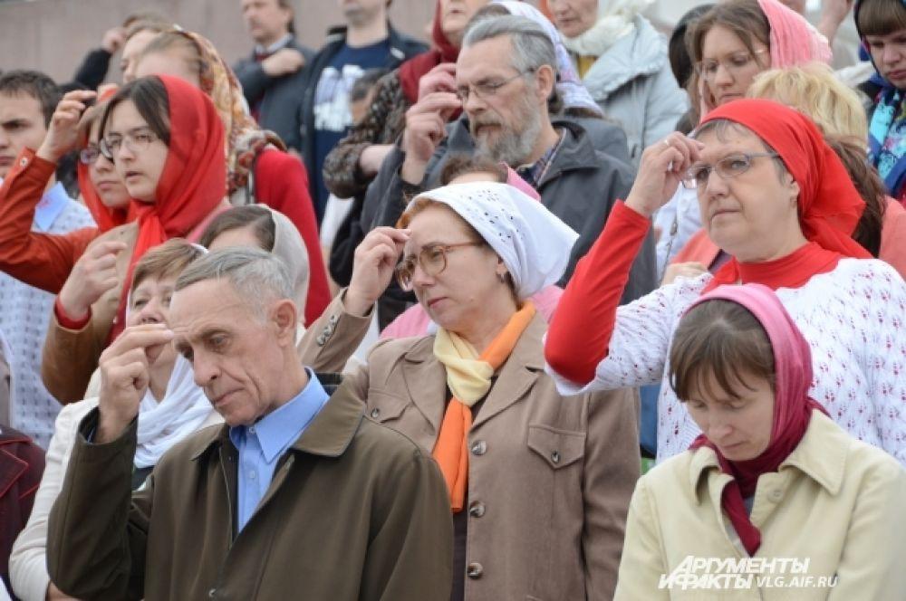 Пасхальное воскресенье выдалось пасмурным, но волгоградцы все-таки пришли на крестный ход.