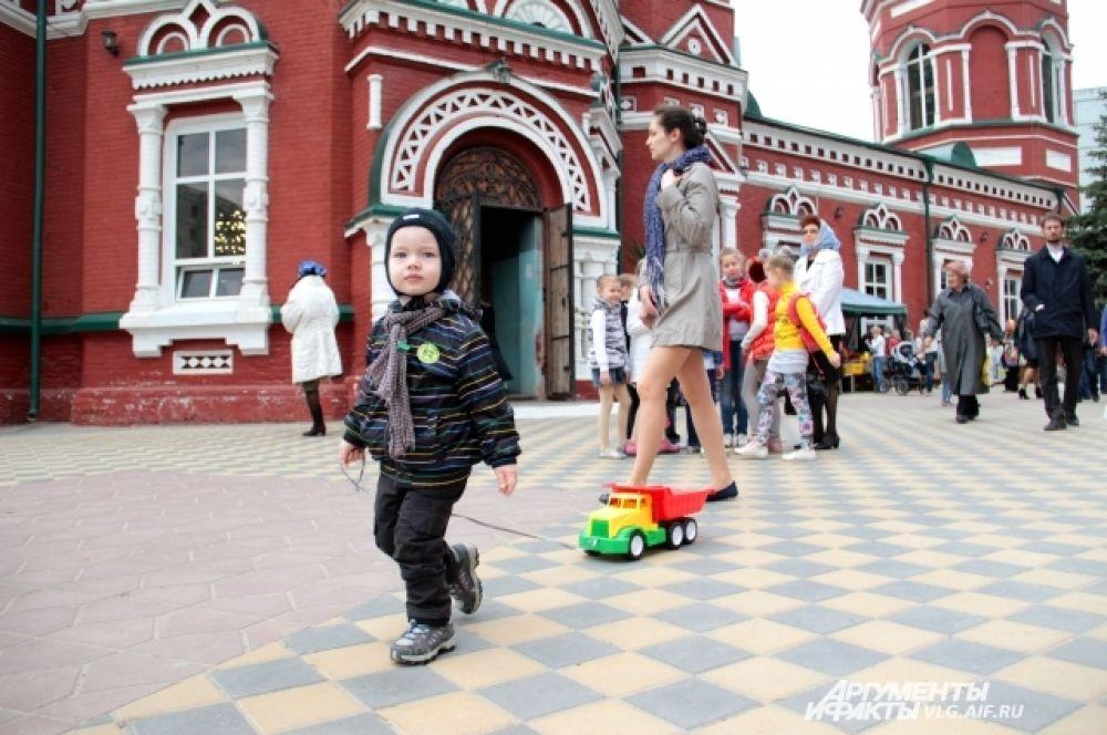 Во дворе Казанского собора оборудована детская площадка, поэтому там всегда много детей.