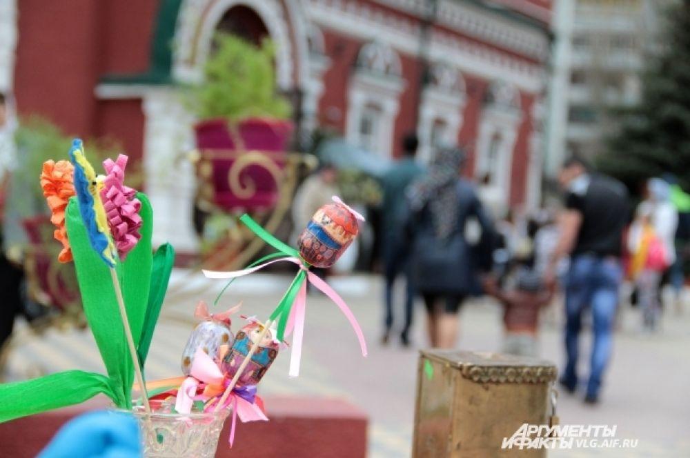 Во дворе Казанского собора местные мастерицы продавали пасхальные украшения.