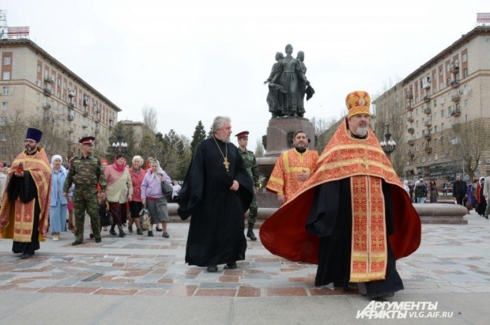 Ход начался от Александро-Невской часовни, расположенной возле медицинской академии.