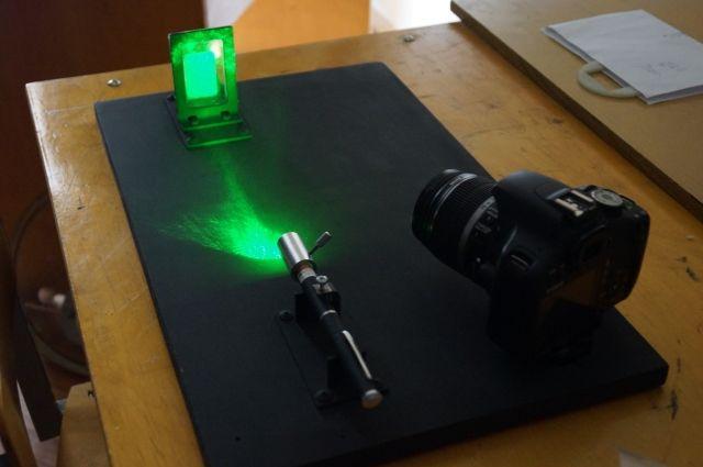 Школьник использует в своей установке фотоаппарат и полупроводниковый лазер