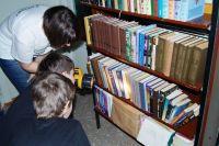 Поиск нужной книги с помощью фонарика