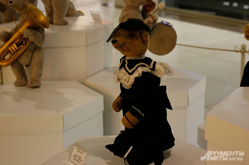 Даже медведи на выставке были в изысканных нарядах.