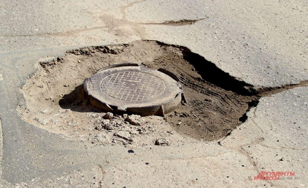 А вот яму вокруг люка фрезой не обработали. Может, решили оставить?