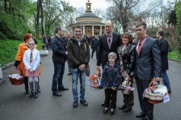 Арсений Яценюк вместе с женой, дочерьми и мамой приняли участие в Пасхальном богослужении в храме Святого Николая Чудотворца на Аскольдовой Могиле в Киеве