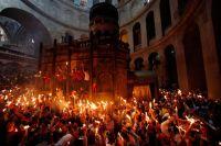 Благодатный огонь в храме Гроба Господня в Иерусалиме.