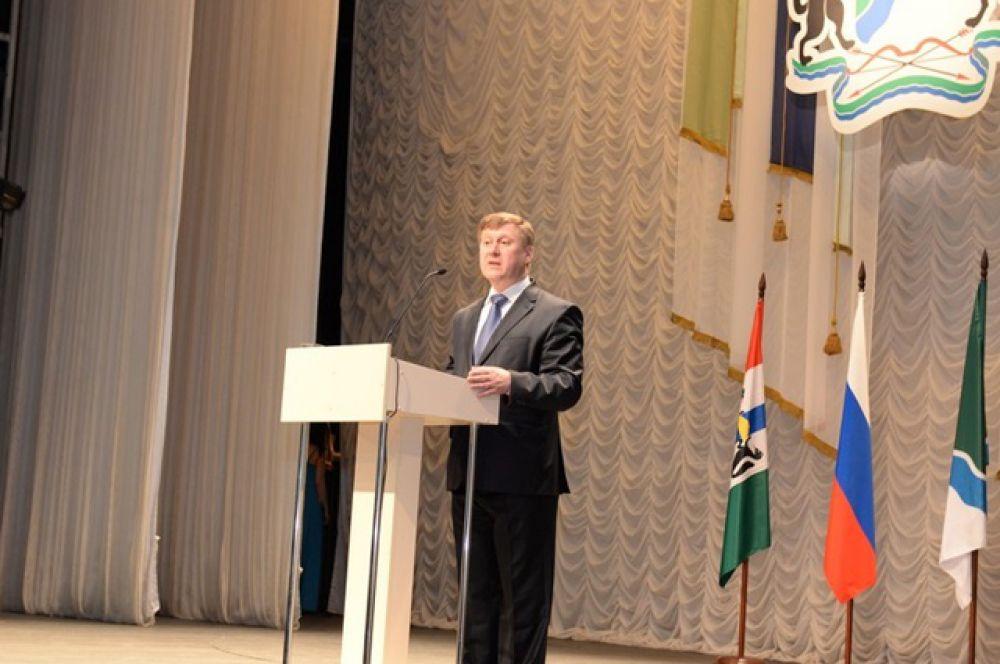 Я, Локоть Анатолий Евгеньевич, вступая в должность мэра города Новосибирска, торжественно обещаю справедливо и беспристрастно осуществлять предоставленные мне полномочия, честно и добросовестно исполнять свои обязанности, прилагая все свои способности на пользу жителей города Новосибирска», - озвучил текст присяги новый мэр.
