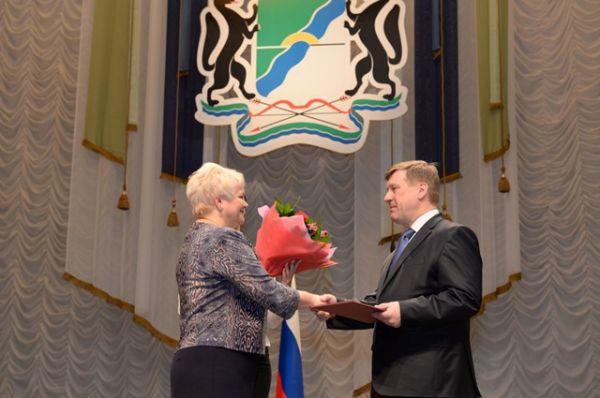 Председатель Новосибирской городской муниципальной избирательной комиссии Ольга Благо вручила удостоверение мэра.
