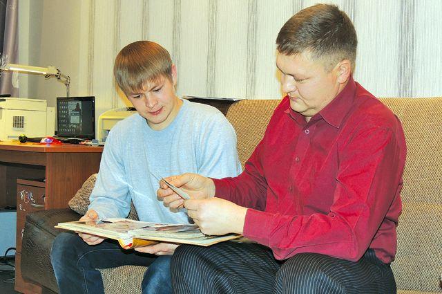 Ильшат Фазлыев (слева) теперь один сын у двух матерей.
