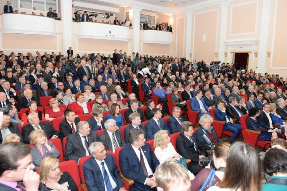 На внеочередной сессии Совета депутатов города Новосибирска, прошедшей в камерном зале Новосибирской государственной филармонии (Доме Ленина), Анатолий Локоть принял присягу.