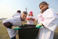 Подростки с удовольствием вулючились в работу по уборке родного города.