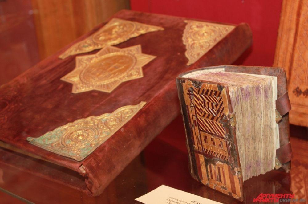 Особое внимание на Руси уделяли художественному оформлению книг. Мастера работали над книгой по очереди. Были писцы, которые создавали основной текст, после этого статейные писцы вязью выводили название рукописей, художники рисовали заставки, буквицы, концовки, вклеивали миниатюры. Процесс завершали златописцы, добавляя в декор золото.