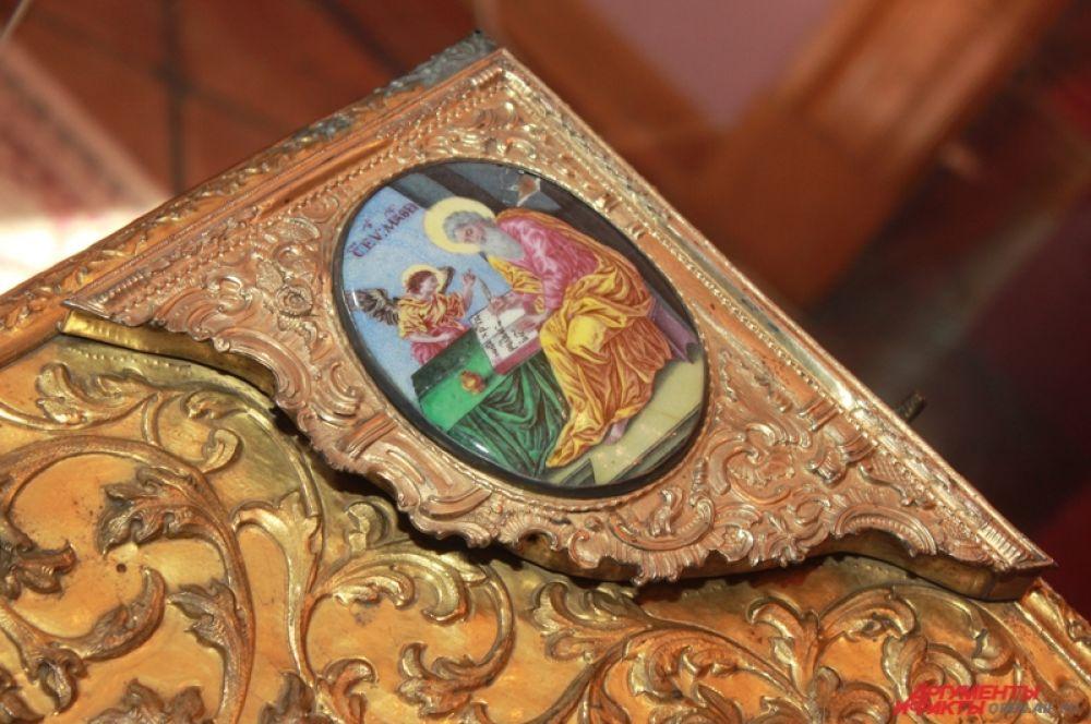 Серебряный оклад в технике рельефного литья изготовил в XVIII веке Яков Фролов. По углам есть дополнительный декор – эмалевые изображения евангелистов, центральный элемент не сохранился.