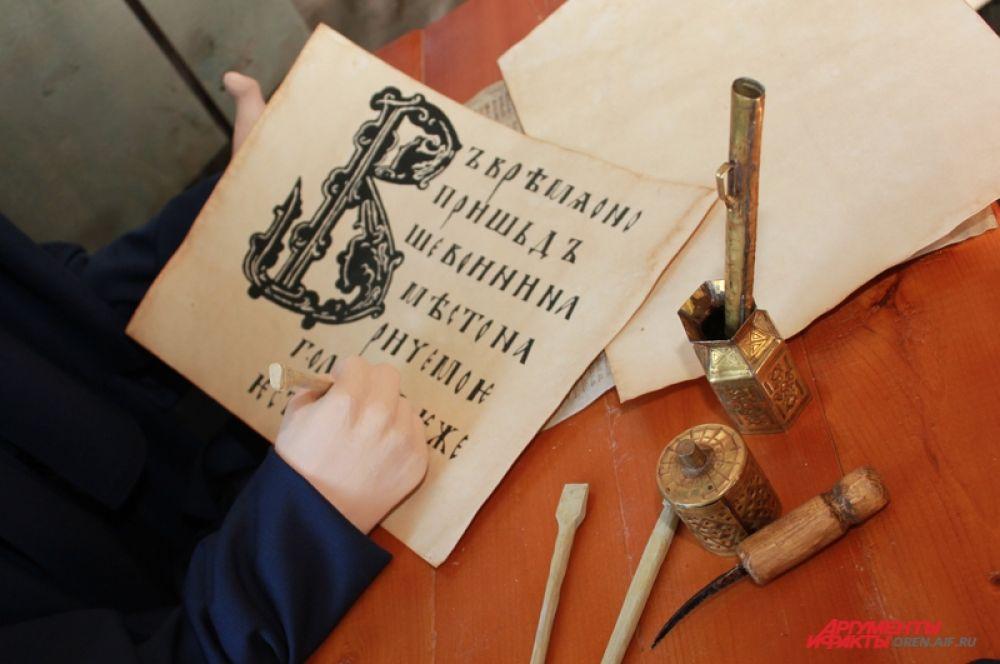 Шрифты были сложные для исполнения. За отклонения и неверное написание букв могли не принять книгу и не оплатить труд писца.
