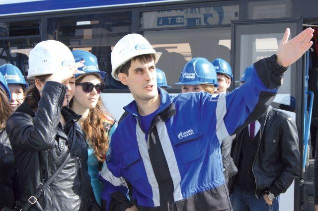 Сотрудники нефтезавода с удовольствием рассказывают студентам о предприятии.