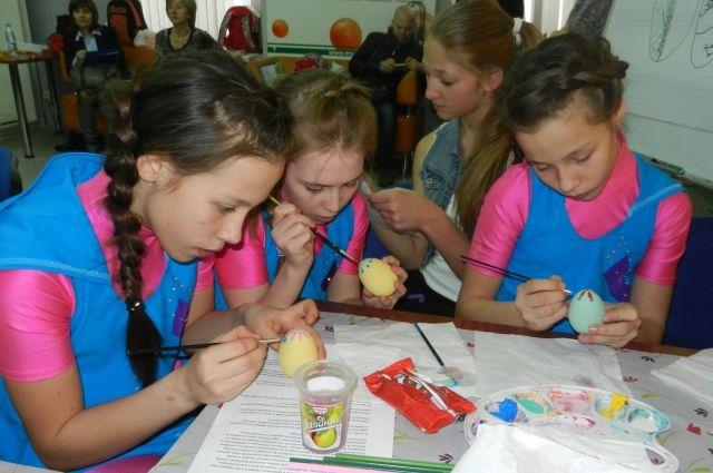 Работы ребят помогут собрать средства на лечение 14-летней Вероники Банденковой.