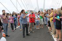 Конкурсы и народные гуляния по Золотому мосту.