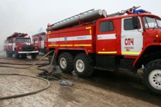 Пожарные приехали на омский нефтезавод.