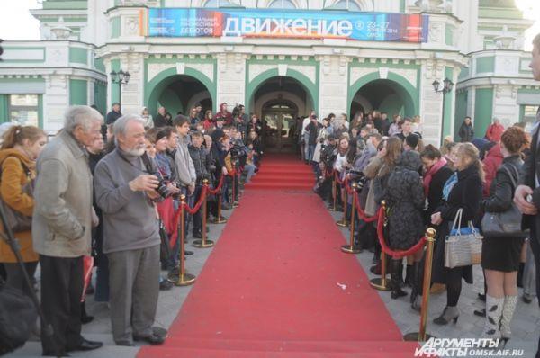 По красной дорожке прошли звезды кинофестиваля «Движение».