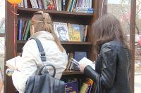 Книжный шкаф около библиотеки им. М. Горького.