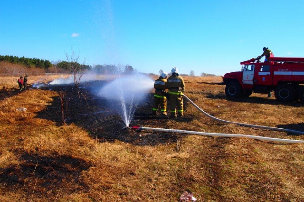 Население оповещалось об угрозе возникновения природного пожара с помощью машины звукоусиления ГОЧС.