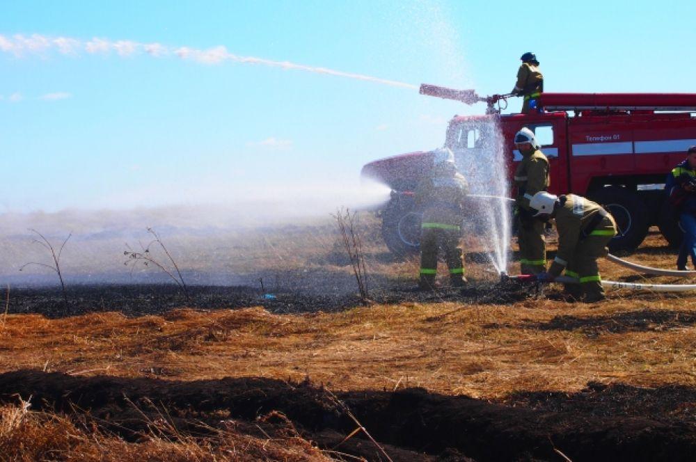 Специалисты смогли на практике отработать действия по тушению пожара.