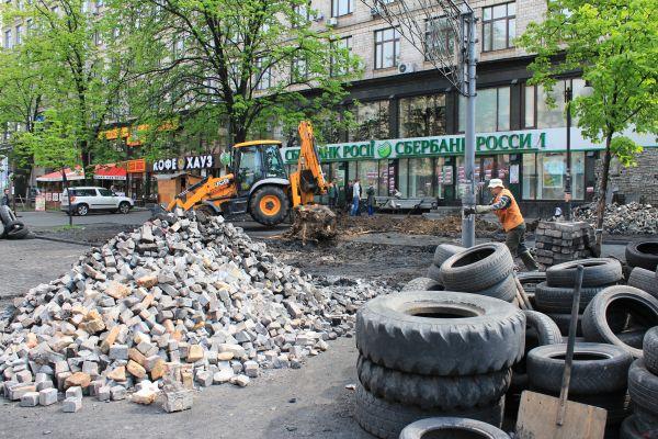 На Майдане разбирают баррикады