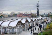 Пешеходная зона Крымской набережной в Москве.