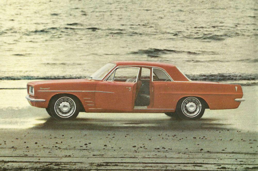 На фоне успеха мощной «Каталины» в Pontiac разработали компактный спорткар Tempest – он был впервые представлен в 1961-м, но двумя годами позже, получив ряд обновлений, превратился в один из самых технологичных автомобилей своего времени – независимая подвеска всех четырёх колёс обеспечивала практически идеальную развесовку.