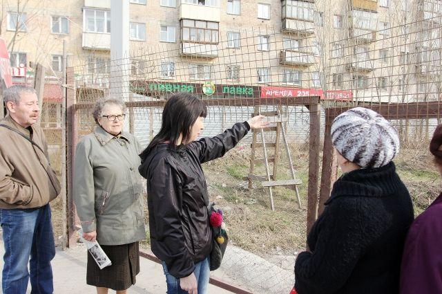 Уже больше года жители пытаются остановить стройку под окнами.